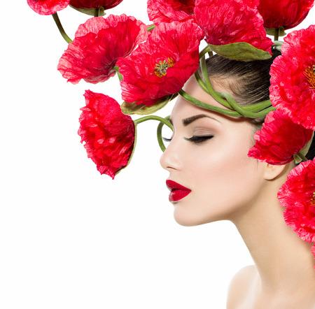 美女: 美容時尚模型女人與紅罌粟花她的頭髮