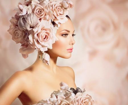 美女: 時尚麗人型號女孩與花新娘髮型