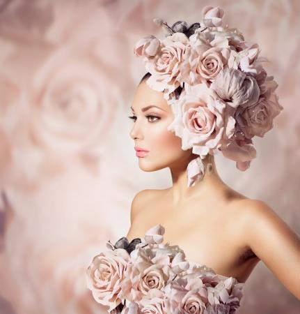 Divat szépség modell lány virággal haj menyasszony