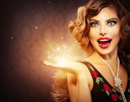 magia: Mulher retro com Magic Holiday Gift na m
