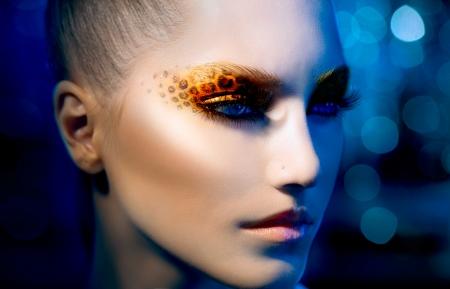 silvestres: Modelo Fashion Beauty Girl con Holiday leopardo maquillaje Foto de archivo