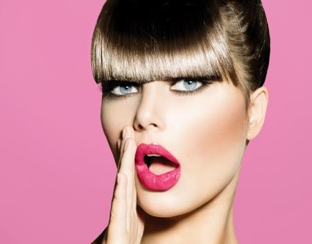 губы: Удивленная женщина с открытым Pin вверх девушка Рот
