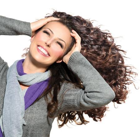 Bellezza donna con lunghi capelli ricci capelli sani Blowing