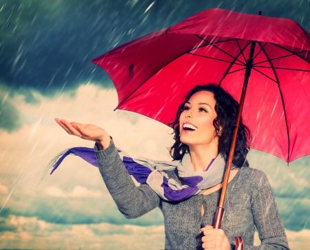 kropla deszczu: Uśmiechnięta kobieta z parasolem Zdjęcie Seryjne