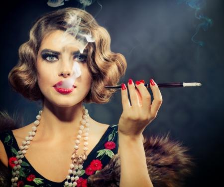 vintage: Roken Retro Vrouw Portret van de schoonheid Meisje met Mondstuk Stockfoto