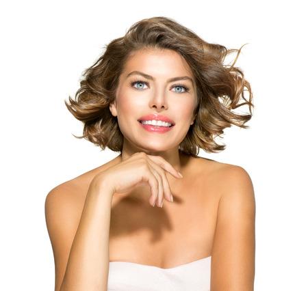 hair short: Belleza mujer joven retrato en blanco Pelo Rizado Corto
