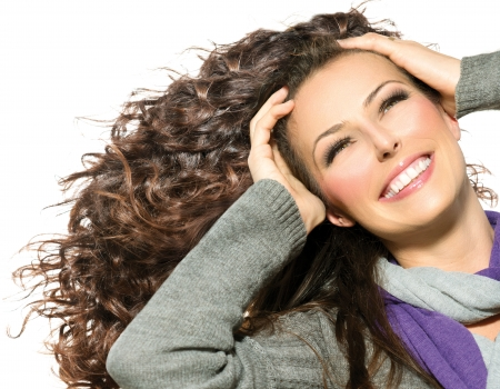 긴 곱슬 머리 건강과 아름다움 여자는 머리를 날리는