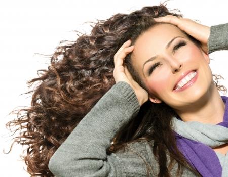 Schoonheid Vrouw met lang krullend haar gezond Blazen Haar