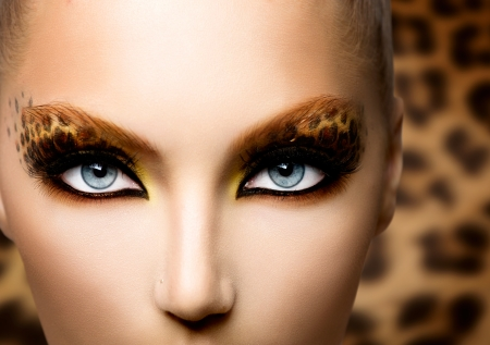 Beauty Fashion Model Girl with Holiday Leopard Makeup  Banco de Imagens