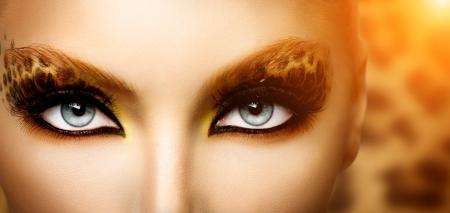 mode: Skönhet Mannekäng Flicka med Holiday Leopard Makeup Stockfoto