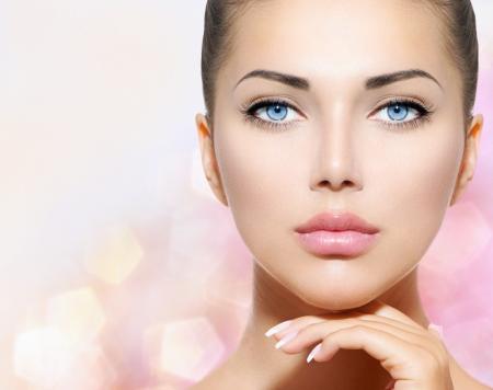 美女: 美容人像美麗的溫泉女人觸摸她的臉 版權商用圖片