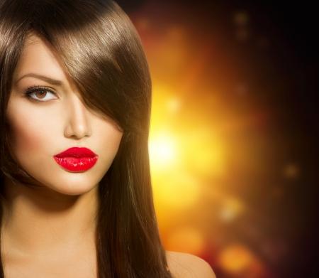 capelli castani: Bella ragazza con lunghi sani capelli castani e occhi marroni