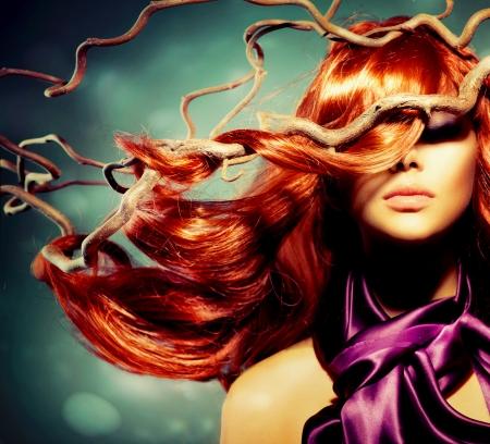 流行: 長い巻き毛の赤い髪のファッション モデル女性の肖像画 写真素材