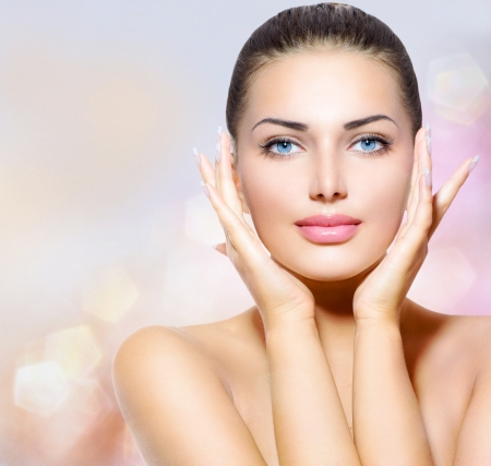 skönhet: Skönhet porträtt vackra spa kvinna röra hennes ansikte Stockfoto