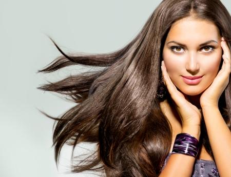 Schöne Frau mit dem langen Haar Blasen Standard-Bild - 23234149