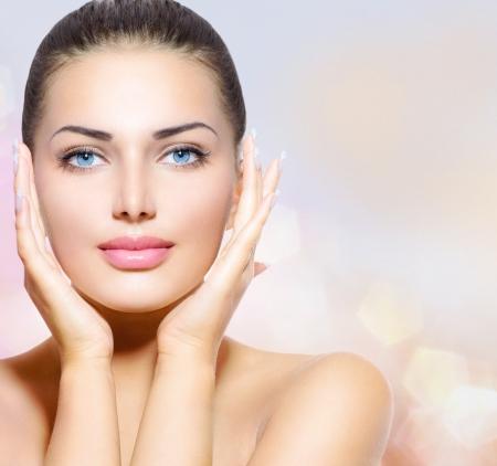 beauty wellness: Portret van de schoonheid Mooie Spa Vrouw wat betreft haar gezicht