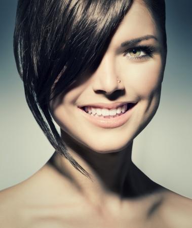 nose: Elegante Fringe Teenage Girl con breve stile di capelli Archivio Fotografico