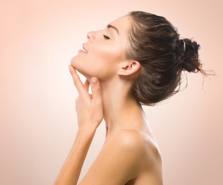 gezonde mensen: Portret van de schoonheid Mooie Spa meisje raakt haar gezicht