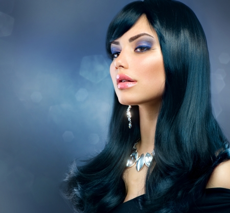 aretes: Morena de lujo Muchacha sana pelo Negro Largo y maquillaje vacaciones