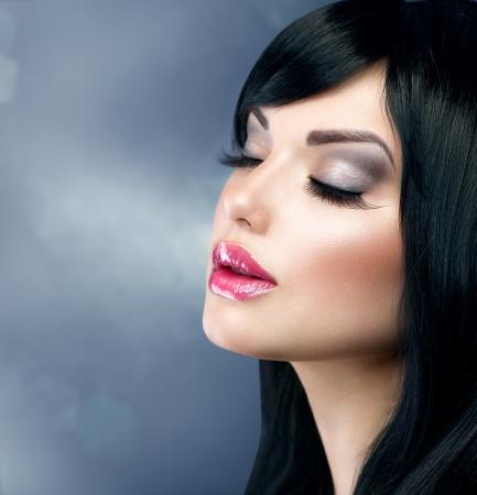 아름다운 갈색 머리 소녀 건강한 긴 검은 머리 스톡 콘텐츠