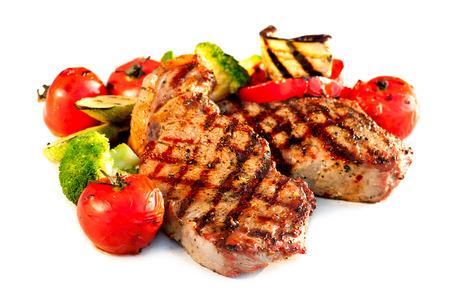 carne asada: Bistec a la parrilla con verduras sobre fondo blanco Foto de archivo