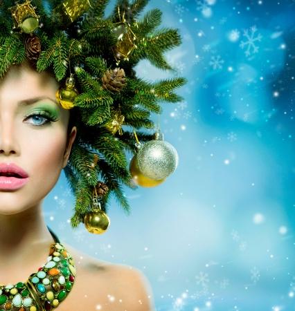 크리스마스 여자 크리스마스 트리 휴일 헤어 스타일과 메이크업 스톡 콘텐츠