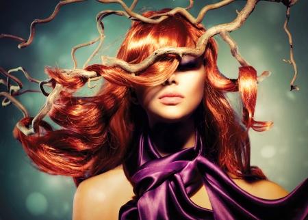 moda: Modelka Portret kobiety z długo kręcone włosy czerwony