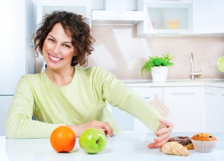 dieting: Diëten concept Jonge Vrouw kiezen tussen fruit en snoep