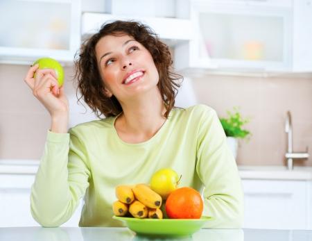 컨셉: 다이어트 개념 건강 식품 젊은 여자 식사 신선한 과일 다이어트의 개념 건강 식품 젊은 여자 식사 신선한 과일