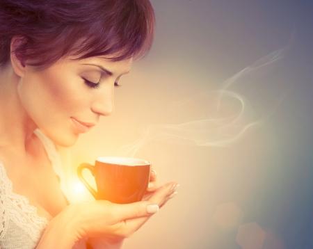 tasse de caf�: Belle fille appr�ciant le caf� femme avec une tasse de boisson chaude