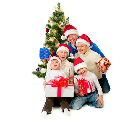 famiglia: Famiglia di Natale con doni vicino a un albero di Natale