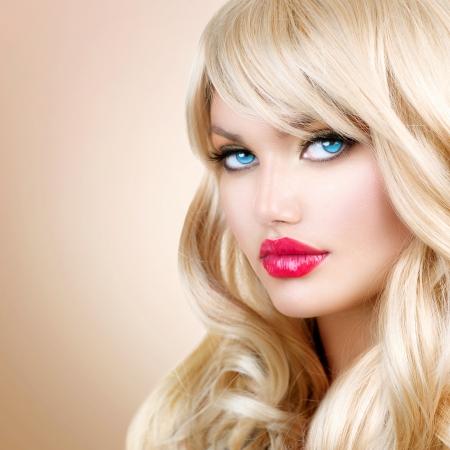 Blonde Frau Portrait schöne blonde Mädchen mit langen wellenförmigen Haar Standard-Bild - 23736103