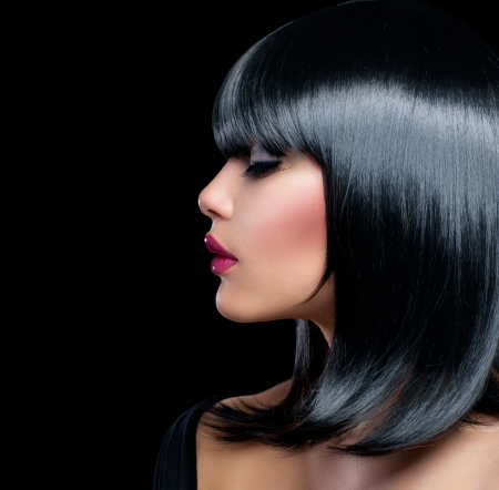 短い黒い髪と美しいブルネットの少女の美しさ女性