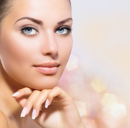 jolie fille: Beauty Portrait magnifique spa femme de toucher son visage Banque d'images