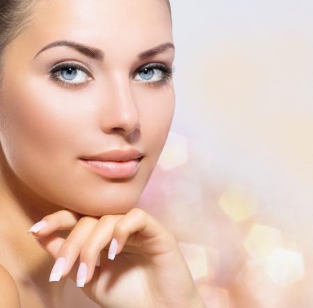 beauty: Retrato da beleza da mulher bonita dos termas tocar seu rosto