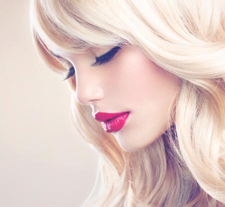 perfeito: Menina loura bonita com longa e saud Banco de Imagens