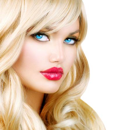 cabello rubio: Mujer rubia Retrato hermosa chica rubia con el pelo ondulado largo