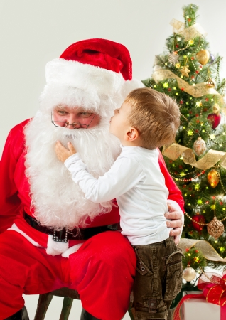 サンタ クロースと小さな男の子クリスマス シーン 写真素材