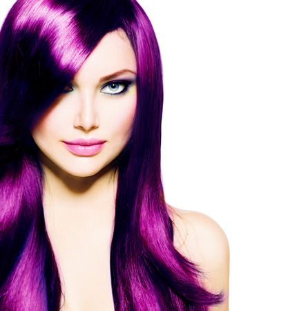 mujer bonita: Muchacha hermosa con larga y saludable pelo p�rpura y los ojos azules