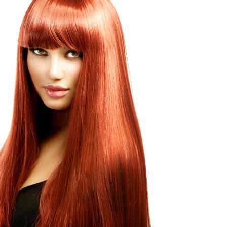 pelo rojo: Mujer atractiva con el pelo brillante largo recto rojo aislado en blanco