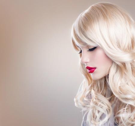 건강한 긴 곱슬 머리 흰 머리를 가진 아름 다운 금발 소녀