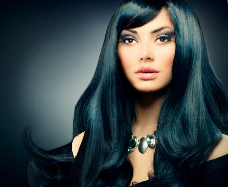 divat: Brunette Luxury Lány egészséges hosszú fekete haj és a Holiday Smink Stock fotó