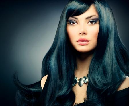 moda: Brunette ragazza di lusso sano lunghi capelli neri e trucco vacanza