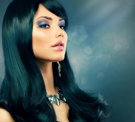 noir: Brunette luxe fille saine Long Black Coiffure et maquillage de vacances