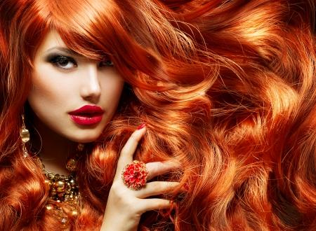 lange haare: Lange lockige rote Haare Frau Portrait Lizenzfreie Bilder