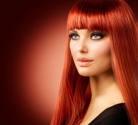 cabello largo y hermoso: Modelo de la belleza Mujer con el pelo rojo largo recto Foto de archivo