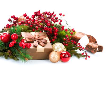 Weihnachtsdekoration und Geschenk-Box isoliert auf wei� Lizenzfreie Bilder