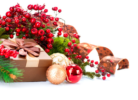 caja navidad: Decoraciones de Navidad y caja de regalo aislados en blanco
