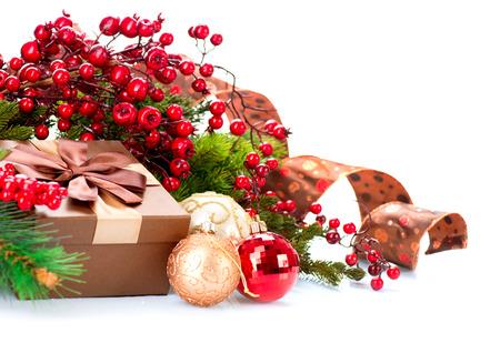 weihnachten zweig: Weihnachtsdekoration und Geschenk-Box isoliert auf wei� Lizenzfreie Bilder