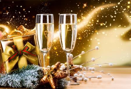 祝賀会: 2 つの新年とクリスマスのお祝いのシャンパン グラス 写真素材